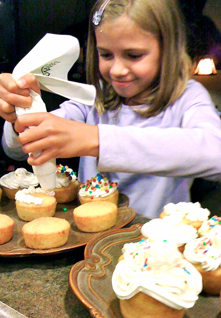 cupcake decorating girl whatmattersmostnow.typepad.com
